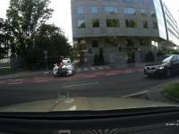 Rowerzysta na pasie rowerowym powoduje kolizję