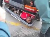 Emigrant schowany w ...zderzaku samochodu