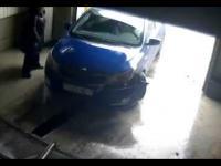 Kobieta pokazuje jak się wyjeżdża z garażu