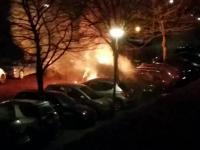Ktoś podpalił stojące auta na parkingu - akcja gaszenia przez właścicielkę