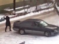 Wściekła żona rozwala samochód