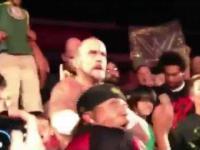 Zawodnik wrestlingu  CM Punk punktuje kibica
