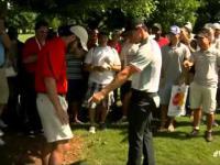 Golfista Rory McIlroy trafia piłeczką do kieszeni fana