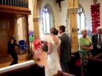 Pijany organista zapomniał, jak grać marsz weselny.