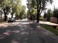 Rowerzysta jedzie na czołówkę z samochodem