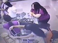 Dziewczyna kradnie tablet spod lady