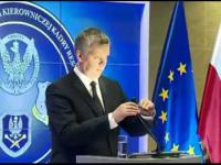 Minister obrony pomylił lampkę z mikrofonem