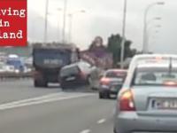 Wypadek VW Golf w Warszawie, zmiana pasa prosto na barierki.