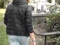 Dziewczyna pluje na każdy napotkany grób