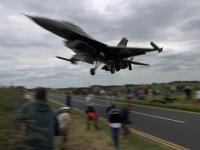 Bardzo niski przelot F-16