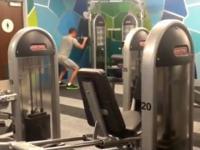 Samotny facet przychodzi do siłowni odstresować się