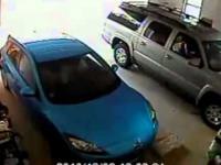 Kobieta wyjeżdża z garażu