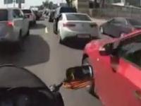 Cięcia motocykli poprzez ruch drzwi samochodu