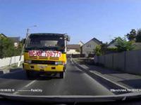Kierowca ciężarówki stracił kontrolę nad samochodem