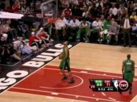 Koszykarz wrzucił piłkę do ...własnego kosza