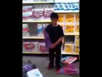 Dziecko demoluje sklep - USA