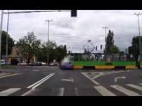 Audi przejeżdża na czerwonym i wpada pod rozpędzony tramwaj