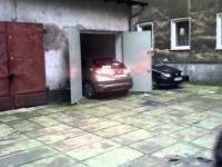 kobieta wyjeżdżająca z garażu