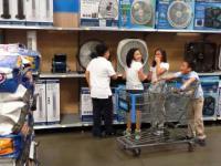 Dzieci śpiewają hymn w markecie
