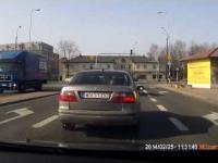 Warszawa - kulminacja głupoty kierowców na skrzyżowaniu z sygnalizacją świetlną