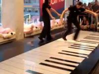Dwie dziewczyny, jedno pianino