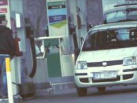 Zakrwawione auto na stacji benzynowej