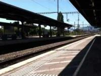 Pociąg z chuliganami przejeżdża przez stacje