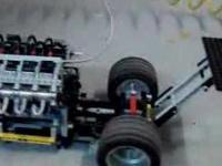 Lego dragster pali gumę