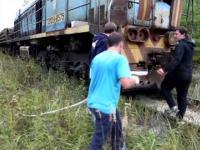 Wyciąganie terenowki za pomocą pociągu