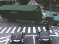 wypadek ciezarowki na skrzyzowaniu