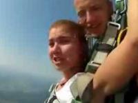 Jej pierwszy skok na spadochronie