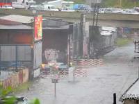 Pociąg przejeżdźa przez zalaną drogę- wielka fala