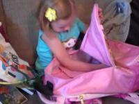 Reakcja dziewczynki na prezent urodzinowy