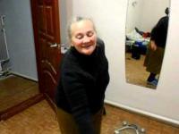 Starsza kobieta tańczy