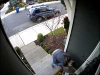 Kobieta kradnie przesyłkę spod samych drzwi