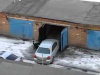 Kobieta wjeżdza do garażu