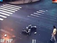 Motocyklist uderza w auto i robi w powietrzu salto