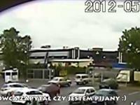 Rowerzysta umyślnie wjeżdża w stojący samochód