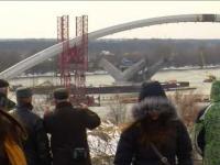 Największy w Polsce łuk mostu dopłynął na środek Wisły