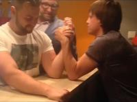 Złamał rękę podczas siłowania