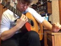 Ten gość potrafi dobrze dwie rzeczy: grać na gitarze i stukać w szafkę