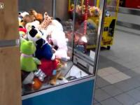 mały cygan okrada automat z maskotkami