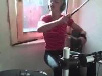 Żywiołowa perkusistka