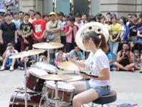 Dziewczyna z pasją wymiata na perkusji