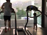 Thiago Messi naśladuje swojego tate podczas treningu na bieżni