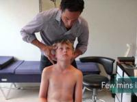 Kręgarz nastawia 10-latkowi kręgosłup