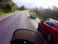 kierowca golfa zajeżdża drogę motocykliście