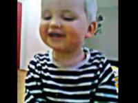 Dzieciak śpiewa piosenkę Boba