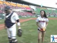 Rzut piłka baseballową w wykonaniu ładnej pani