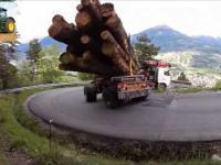 Ekstremalny zakręt pokonywany przez ciężarówkę załadowaną drewnem